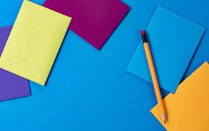 Bilde av ark i forskjellige farger og en blyant