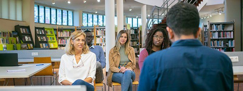Fire personer sitter i en workshop. Bilde: Pexels